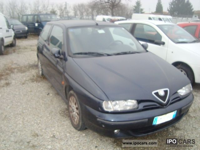 2000 Alfa Romeo  145 1.4i 16v Twin Spark cat Limousine Used vehicle photo