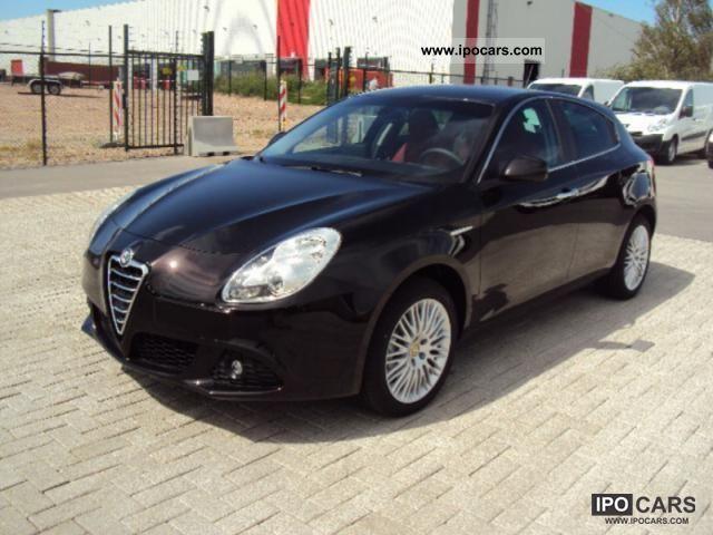2011 Alfa Romeo  Giulietta 2.0 / 140hp 2.0 JTD Distinctive leather ... Small Car New vehicle photo