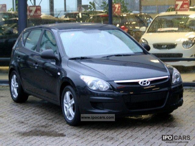 2010 Hyundai  i30 1.4i Active Cool Limousine Used vehicle photo