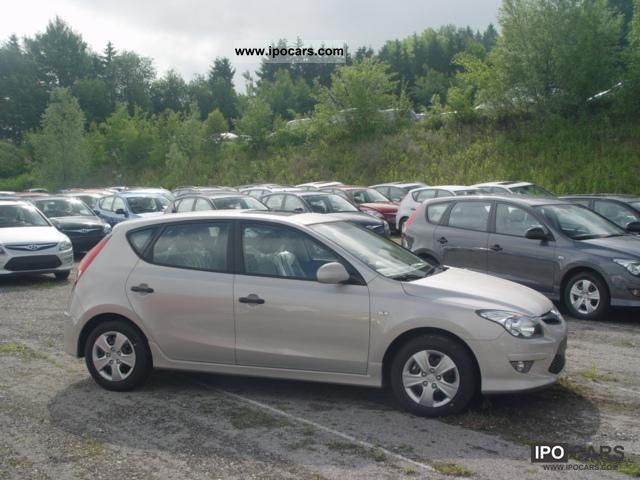 2011 Hyundai  i30 BASE Radio CD Electric Pack 1.4 80 kW (10 .. Limousine New vehicle photo